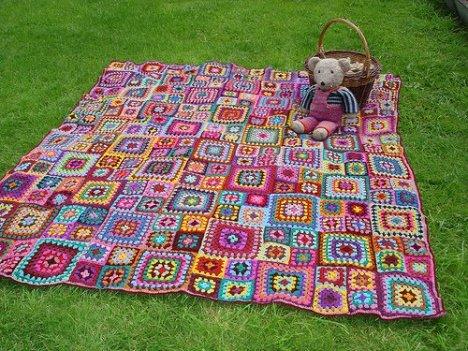 A manta vira tapete e o tapete pode se transformar em colcha de cama...